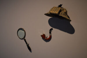a detective's cap, a smoking pipe, a magnifying glass