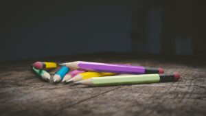 a haphazardly piled stack of 7 pencils in various colors